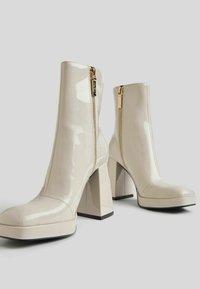 Bershka - Korte laarzen - off-white - 6