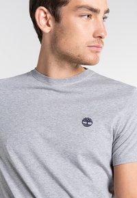 Timberland - SS DUNSTAN RIVER - Print T-shirt - medium grey heather - 3