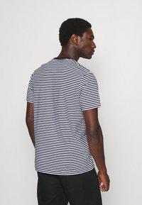 Lyle & Scott - COLOUR STRIPE - T-shirt med print - navy - 2