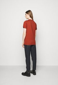 Les Deux - AUSTIN - Jednoduché triko - rust red - 2