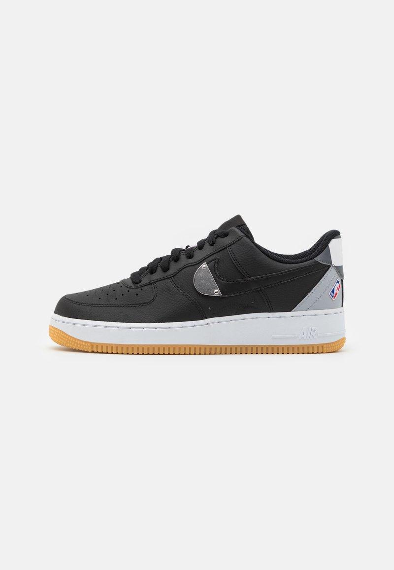 Nike Sportswear - AIR FORCE 1 '07 LV8 UNISEX - Sneakers laag - black/wolf grey/dark grey/university red/rush blue