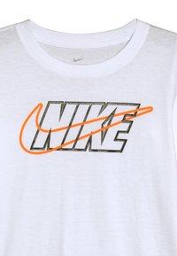 Nike Sportswear - OUTLINED BLOCK TEE - Maglietta a manica lunga - white - 3