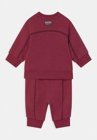adidas Originals - CREW SET UNISEX - Survêtement - legred - 1