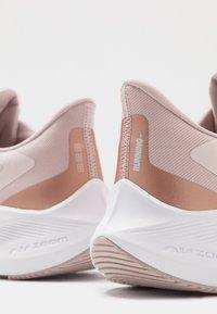 Nike Performance - ZOOM WINFLO  - Hardloopschoenen neutraal - barely rose/metallic red bronze/stone mauve/metallic silver - 5