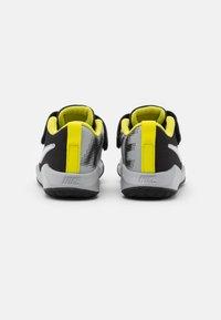 Nike Performance - TEAM HUSTLE QUICK 2 - Basketball shoes - black/white/light smoke grey/high voltage - 2