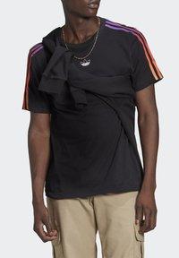 adidas Originals - STRIPE UNISEX - Camiseta estampada - black/multicolor - 3