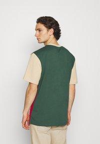 Karl Kani - SIGNATURE BLOCK TEE UNISEX - Print T-shirt - sand - 2