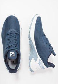 Salomon - ALPHACROSS BLAST GTX - Běžecké boty do terénu - dark denim/white/ashley blue - 1