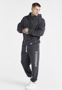 SIKSILK - SPACE JAM RELAXED FIT JOGGER - Pantalon de survêtement - dark grey - 1