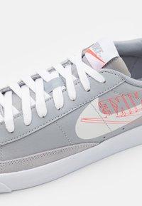 Nike Sportswear - BLAZER UNISEX - Joggesko - wolf grey/sail/bright crimson/white - 5