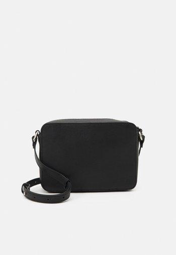 LEATHER - Across body bag - black