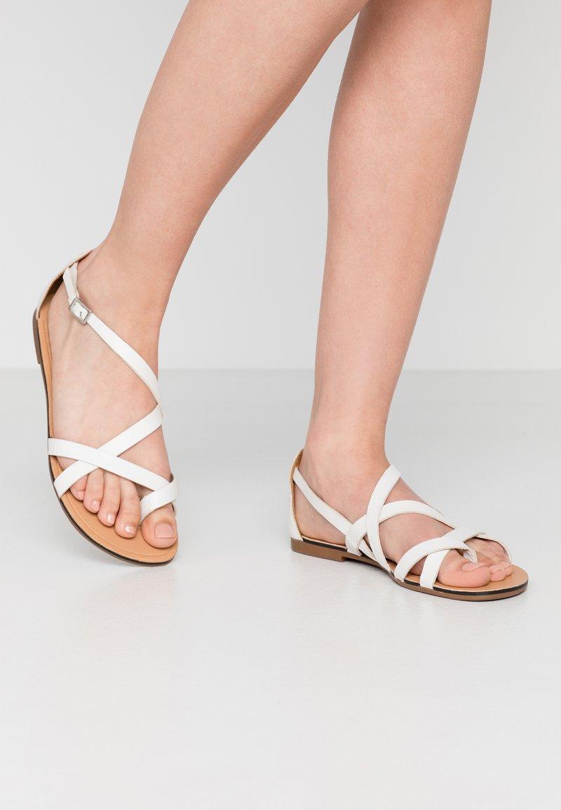 Vagabond - TIA - T-bar sandals - white
