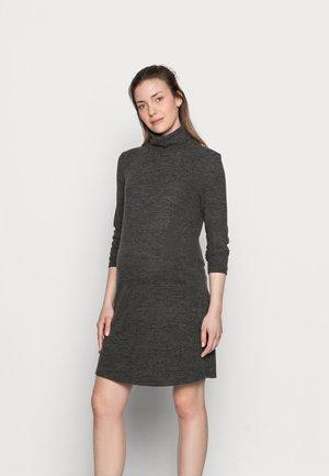 PCMPAM HIGH NECK DRESS - Pletené šaty - dark grey melange