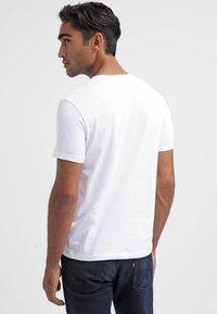 Marc O'Polo - SCOTT SHAPED FIT - Basic T-shirt - white - 2