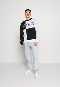 Mennace - QUARTER PANEL GOTHIC TEXT CREW NECK - Sweter - black - 1