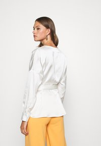 Missguided - PLUNGE TIE WAIST BLOUSE - Blouse - ivory - 2
