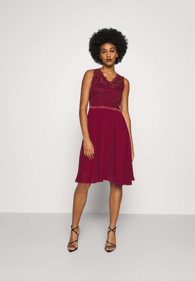 SKYLAR DRESS - Galajurk - wine