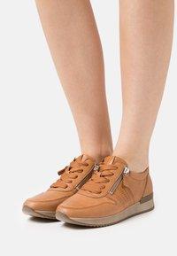 Gabor - Sneakers laag - cognac - 0