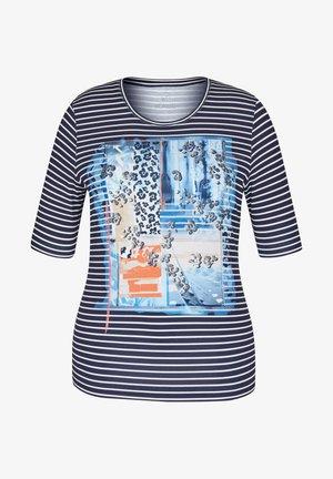 MIT NIETEN UND GESTREIFTEM FRONT-PRINT - Print T-shirt - blau