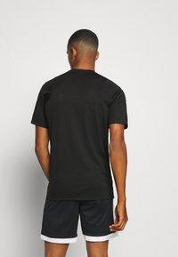 Nike Performance - DRY - Printtipaita - black/volt - 2