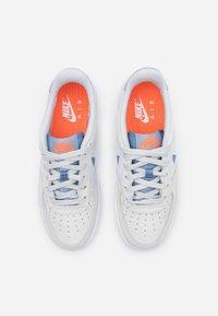 Nike Sportswear - AIR FORCE LV8 FRESH AIR - Trainers - pure platinum/indigo fog/white/hyper crimson - 3