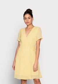Moss Copenhagen - LINOA RIKKELIE WRAP DRESS - Day dress - banana - 0