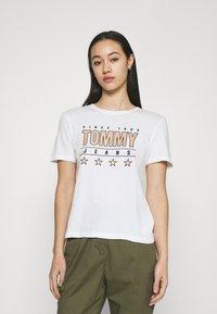Tommy Jeans - SLIM TEE - Triko spotiskem - white - 0