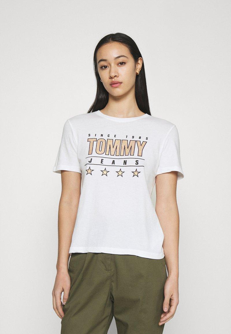Tommy Jeans - SLIM TEE - Triko spotiskem - white