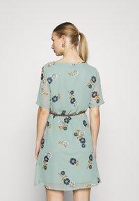 Vero Moda - VMFALLIE BELT DRESS - Hverdagskjoler - green milieu - 2