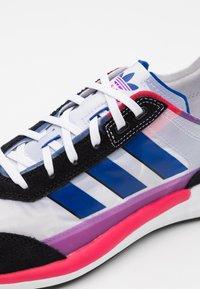 adidas Originals - SL 7200 PRIDE UNISEX - Sneakers - footwear white/core black/core  royal - 5