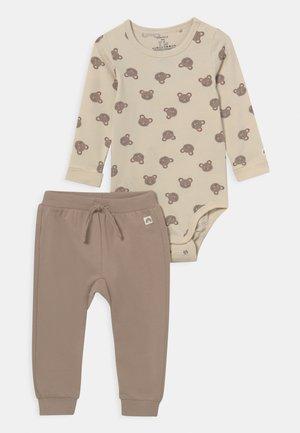 MOUSE SET UNISEX - Trousers - beige