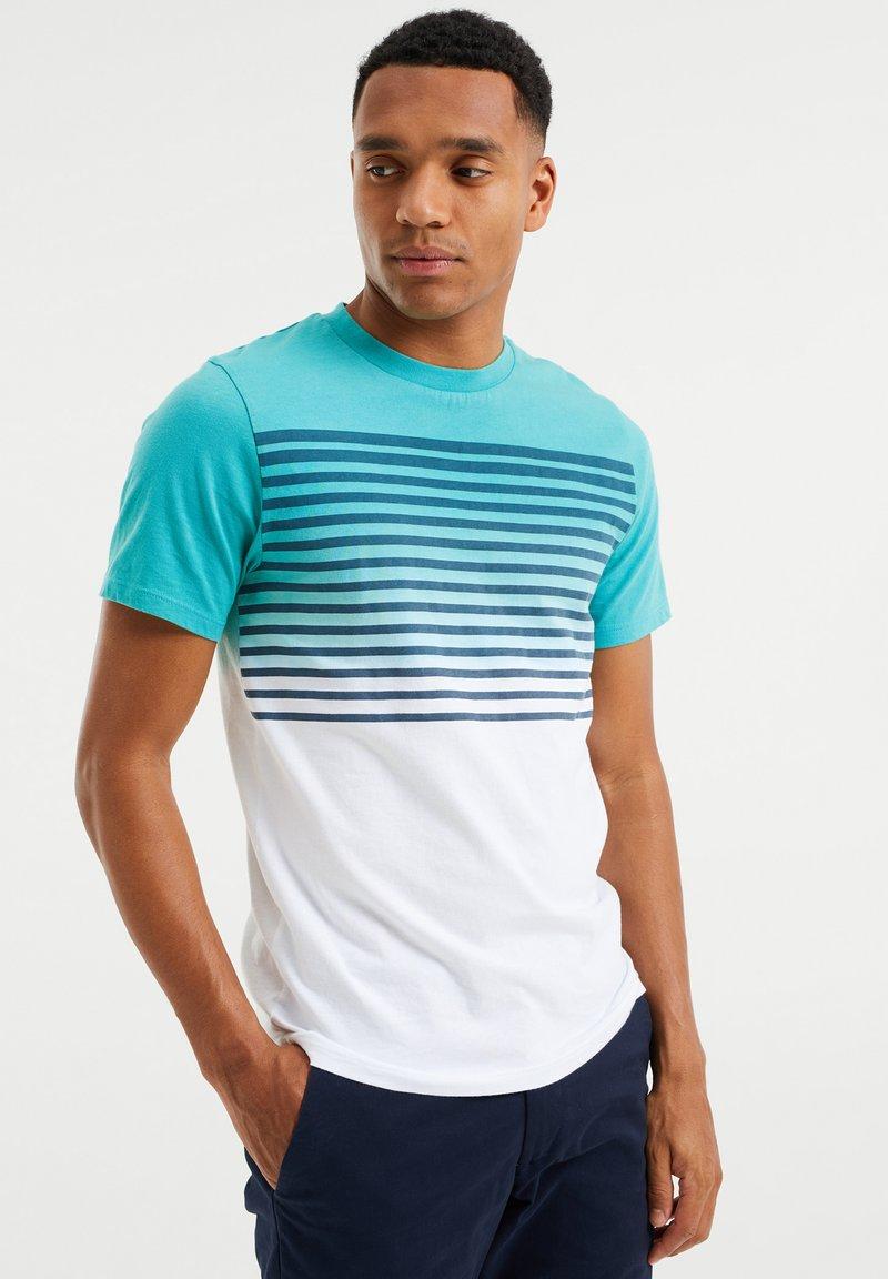 WE Fashion - GESTREEPT  - Print T-shirt - mint green