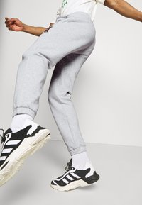 adidas Originals - COLLEGIATE CREST UNISEX - Träningsbyxor - light grey - 3