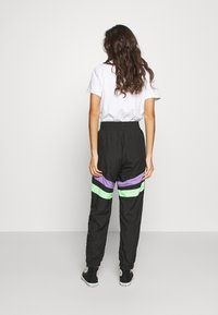 Karl Kani - TAPE BLOCK TRACKPANTS  - Jogginghose - black - 2
