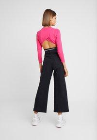 Umbro Projects - CARA CROPPED WOMEN - Bluzka z długim rękawem - sorbet/black - 2