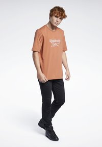 Reebok Classic - VECTOR TEE - T-shirt con stampa - baked earth - 1