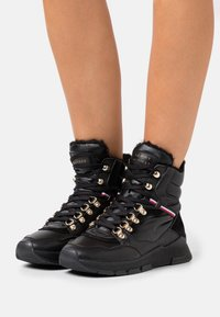 Tommy Hilfiger - WARMLINED GLITTER SPORTY BOOT - Ankle boot - black - 0