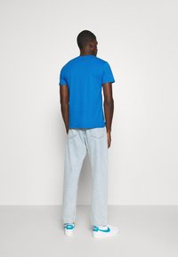 Levi's® - HOUSEMARK GRAPHIC TEE - Print T-shirt - outline bayside - 2