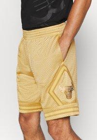 Mitchell & Ness - NBA CHICAGO BULLS MIDAS SWINGMAN SHORT - Sports shorts - metallic gold - 4