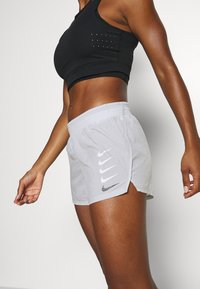 Nike Performance - RUN SHORT - Pantalón corto de deporte - grey fog/black - 5