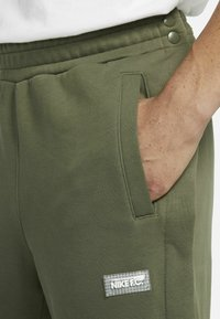 Nike Performance - FC PANT - Träningsbyxor - medium olive/clear - 5