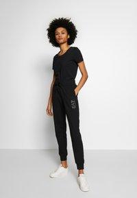 EA7 Emporio Armani - T-shirts med print - black - 1