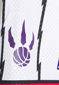 Mitchell & Ness - NBA TORONTO RAPTORS SWINGMAN SHORTS - Sports shorts - white - 2