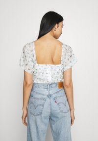 Missguided - RUCHED BARDOT CROP - Print T-shirt - white - 4