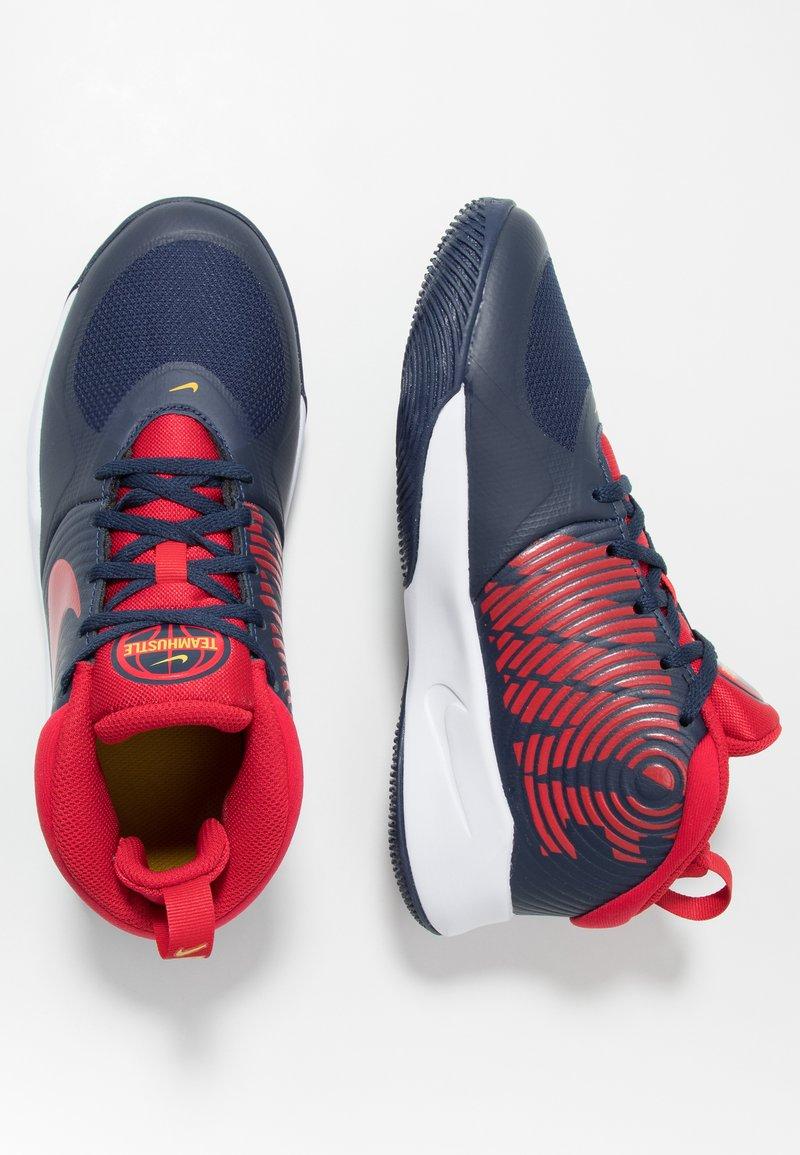 Nike Performance - TEAM HUSTLE D 9 UNISEX - Zapatillas de baloncesto - midnight navy/university red/white