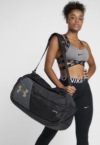 Under Armour - UNDENIABLE DUFFEL 4.0 - Treningsbag - black/metallic gold - 6