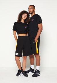 New Era - NBA LOS ANGELES LAKERS NEON TEE - Club wear - black - 3