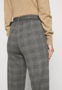 Marks & Spencer London - BELTED TROUSER - Pantalones chinos - grey - 3