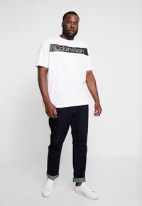 Calvin Klein - B&T STRIPE LOGO  - T-shirt imprimé - white - 1