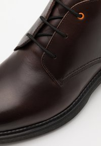 Timberland - CHUKKA - Lace-up ankle boots - dark brown - 5